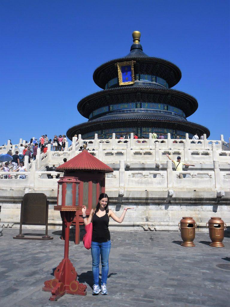 Esperienza di studio in Cina_Chiara davanti a un tempio