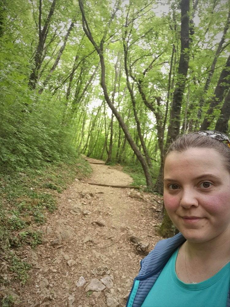 Elisa durante una sessione di Forest Bathing, passeggiata nel bosco