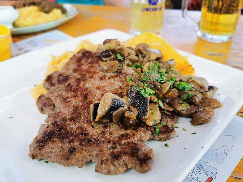 Polenta, funghi, formaggio fuso e pastim (salsiccia) al Rifugio Laresei