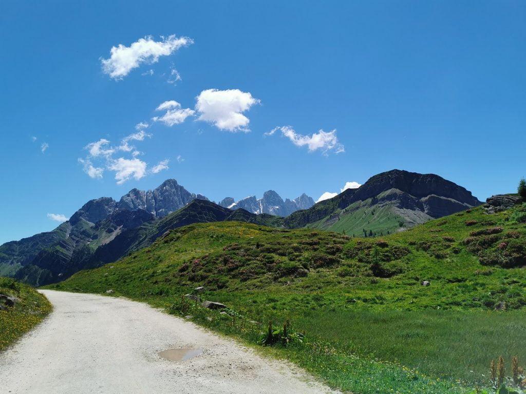 Strada sterrata che porta a Rifugio Laresei da Passo Valles
