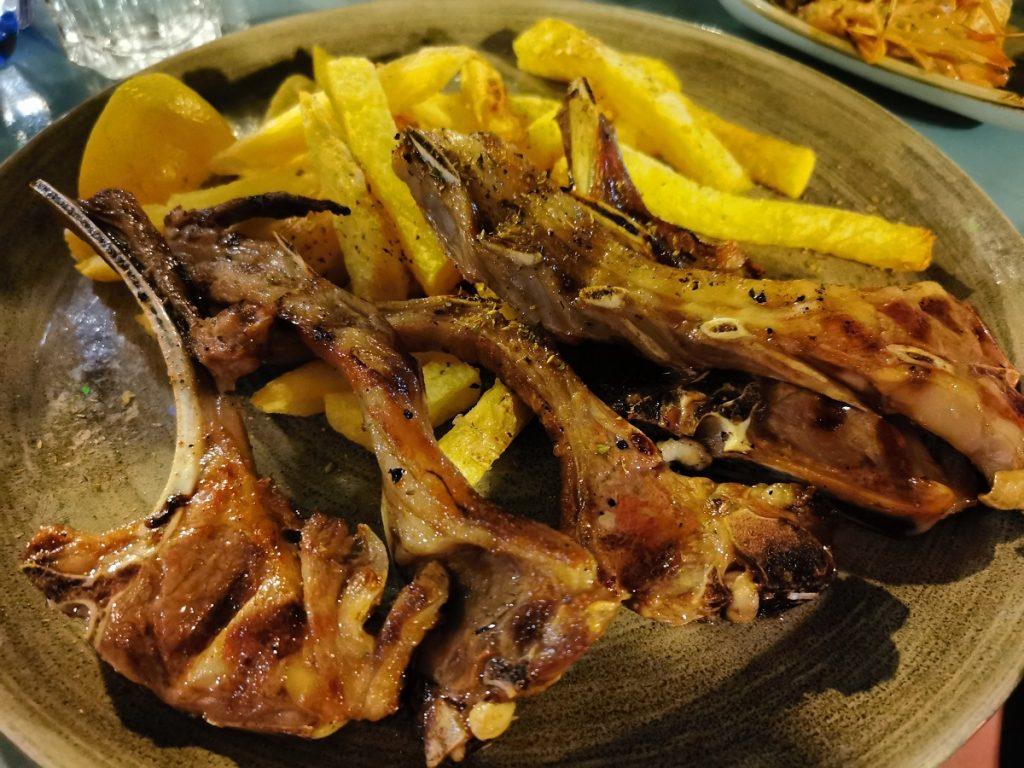 Costine di agnello con patate_Oromedon_Kos