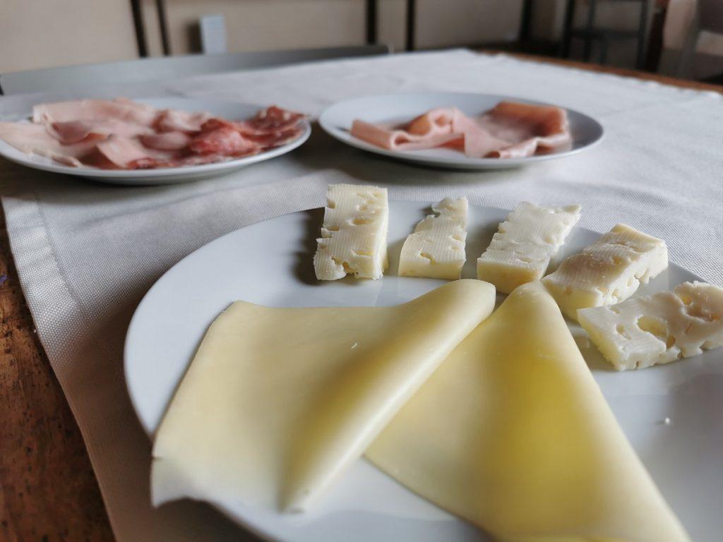 Colazione a Corte Formigar: formaggi e salumi a chilometro zero