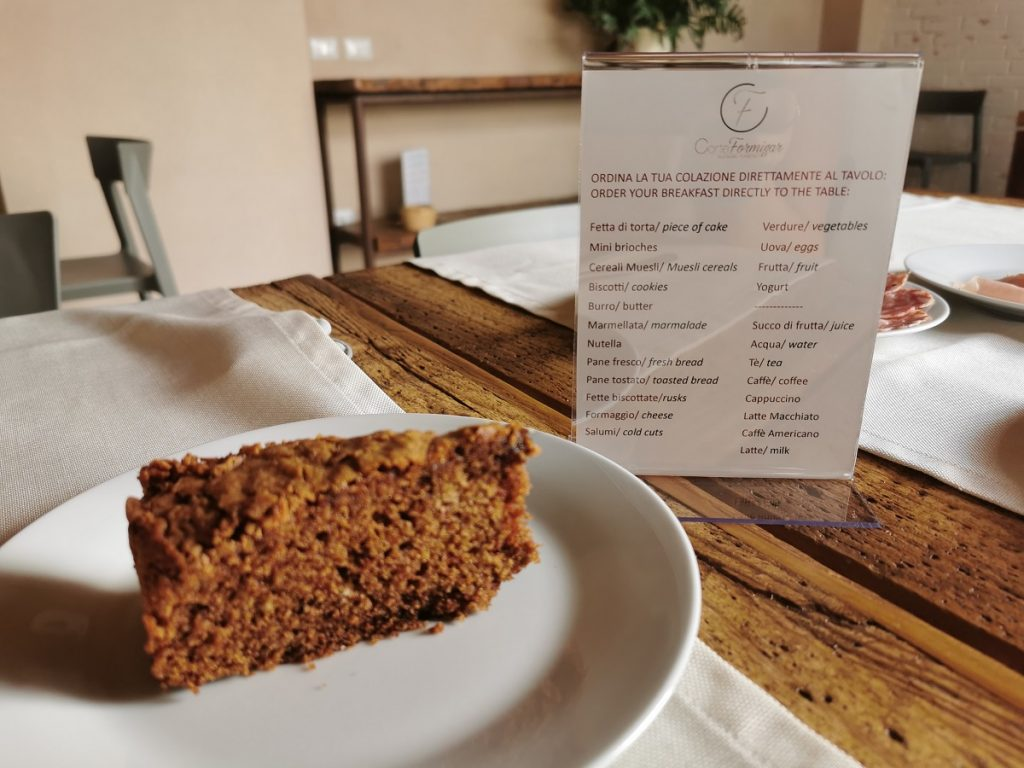 Menu della colazione a Corte Formigar con fetta di torta al cioccolato
