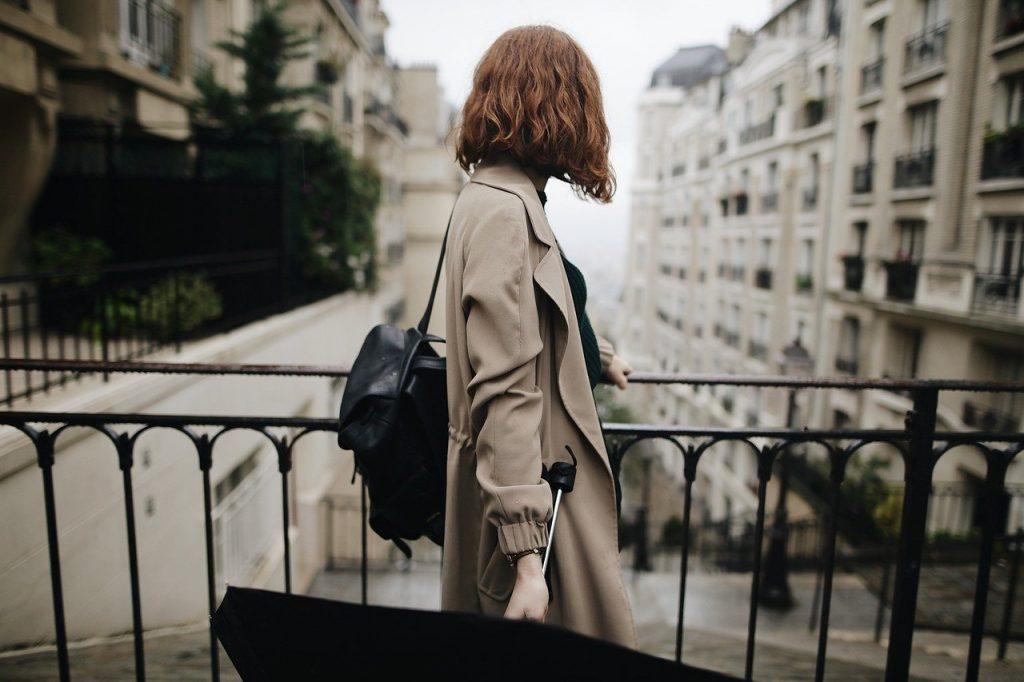 Sono un au pair voglio tornare a casa_ interruzione au pair, immagine di una ragazza con un ombrello che vuole andare via