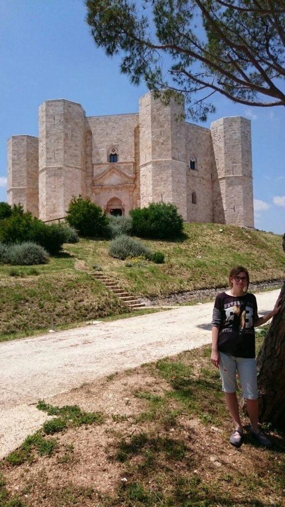 Castel del Monte, Martina davanti al castello