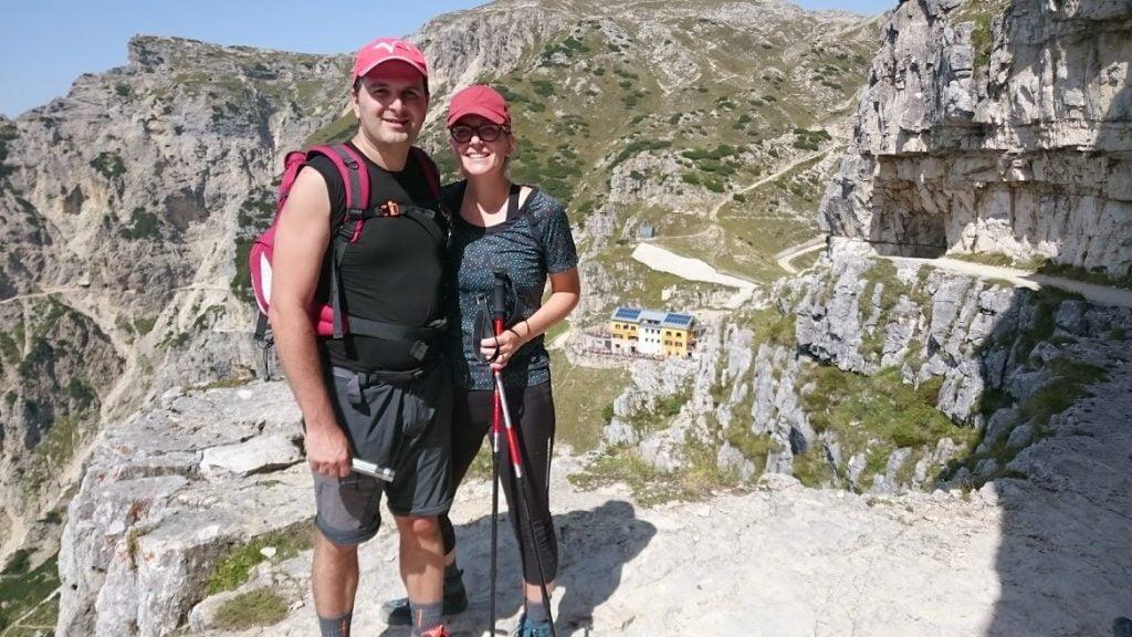 Luca e Martina con dietro Rifugio Achille Papa_strada delle 52 gallerie del Pasubio