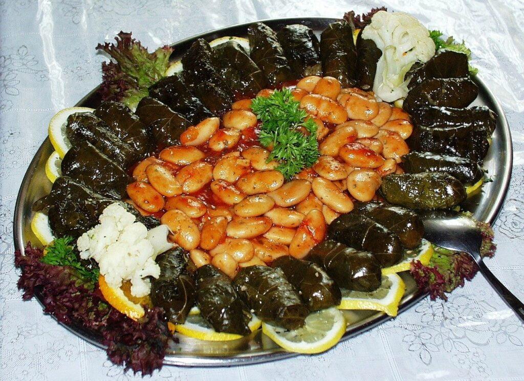 Dolmades: foglie di vite ripiene di riso e carne o riso e verdura -piatti tipici greci