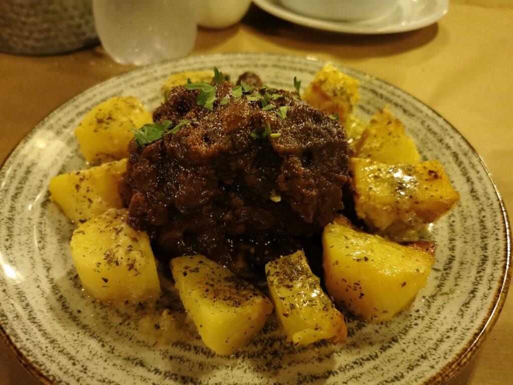 Piatti tipici greci: agnello al forno con miele e cannella, una delizia per il palato