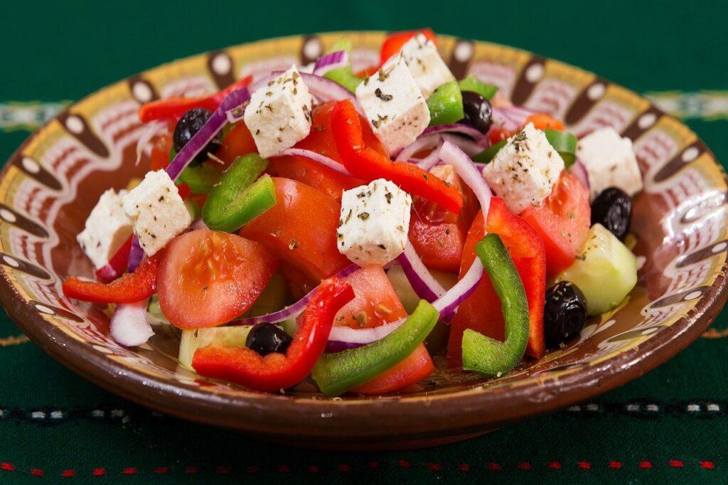 Insalata greca tra i 12 piatti tipici greci da non perdere