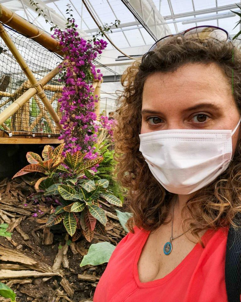 Elisa in visita al giardino delle farfalle